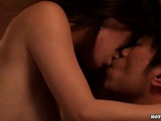 Chicas japonesas masturbándose con la mujer madura caliente en living room.avi