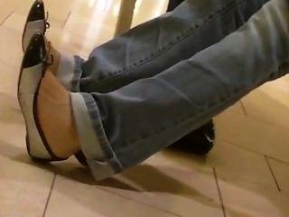 Sincero asiático adolescentes pies shoeplay colgando