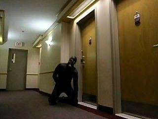 Horny Frogman se mete en el hotel y entra en una habitación de hotel