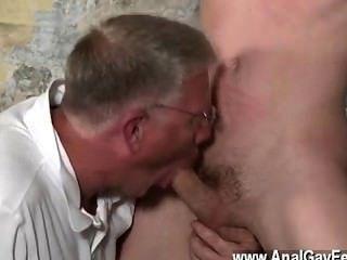 Caliente sexo gay con sus delicadas nueces tiró y su pene acarició y