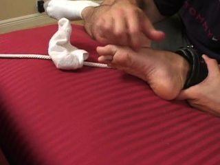 Cama extendida y cosquillas tortura
