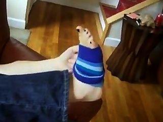Oler calcetines y comer dulces de sus propios pies apestosos