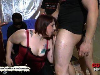 Sexy bbw babe kim consigue su boca follada por un grupo de chicos