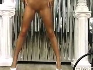 El uso de tacones altos niña se extiende su coño y el culo
