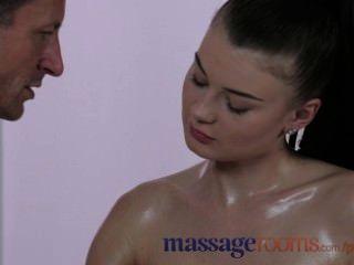 Salas de masaje dulce joven adolescente con grandes tetas obtiene su rendija oleosa relleno
