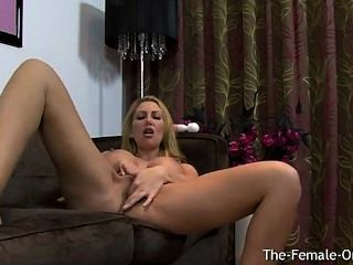 Big breasted british milf masturbándose su coño carne a orgasmo