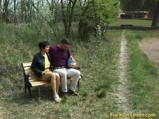 Puta se follan anal en el parque