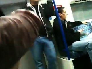 Mostrando o pau para otro cara no metrô