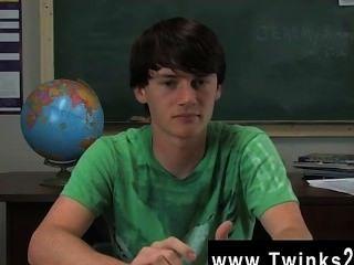 Jeremy sommers está sentado en un escritorio y una entrevista es