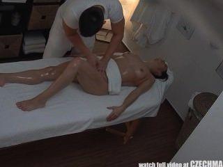 Chica adolescente obtiene fuck duro en massagetable