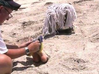 Cruel cosquillas tortura en la playa, amordazado y con los ojos vendados